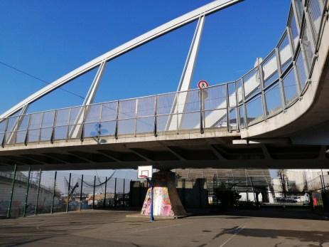 Pont métallique en marge de la Défense - Mode auto, IA désactivée - 26 mm - 50 ISO - 1/2410 - f/1,8