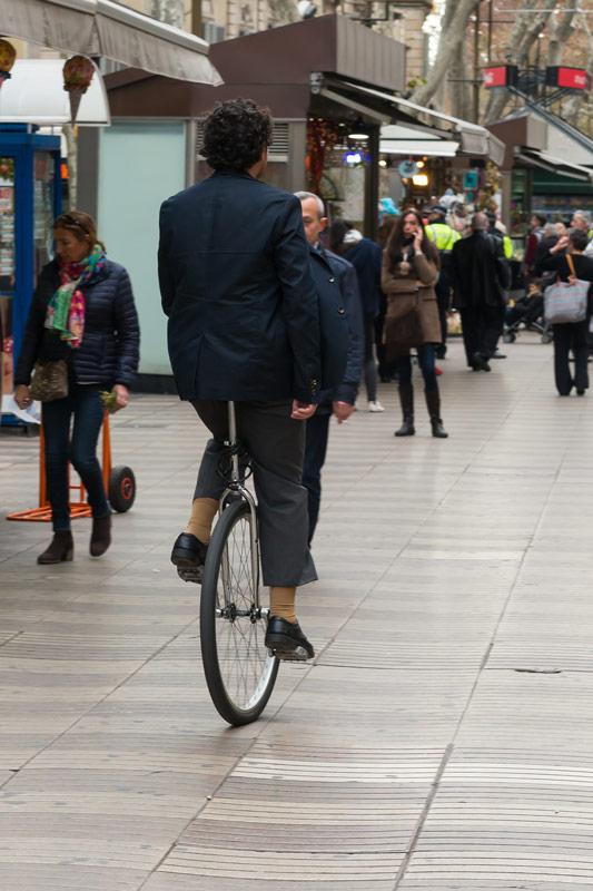 Van, aki egykerekű kerékpárral teker végig a La Rambla járdáján. Ez is Barcelona