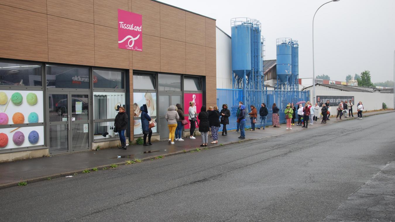 file d attente devant le magasin de tissu