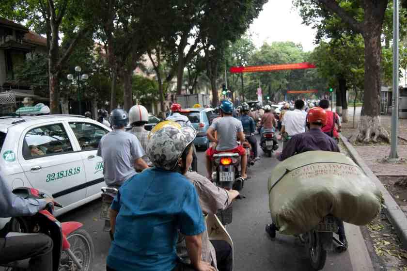 Im Verkehr, Hanoi. Bild: phs