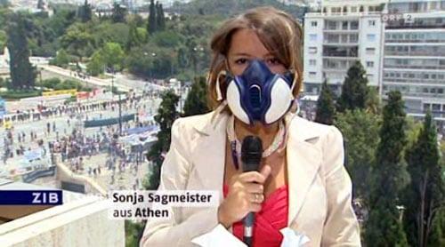 Mit Atemschutzmaske gegen Tränengas: Ohne Augengläser nicht recht wirksam. Bild: ORF