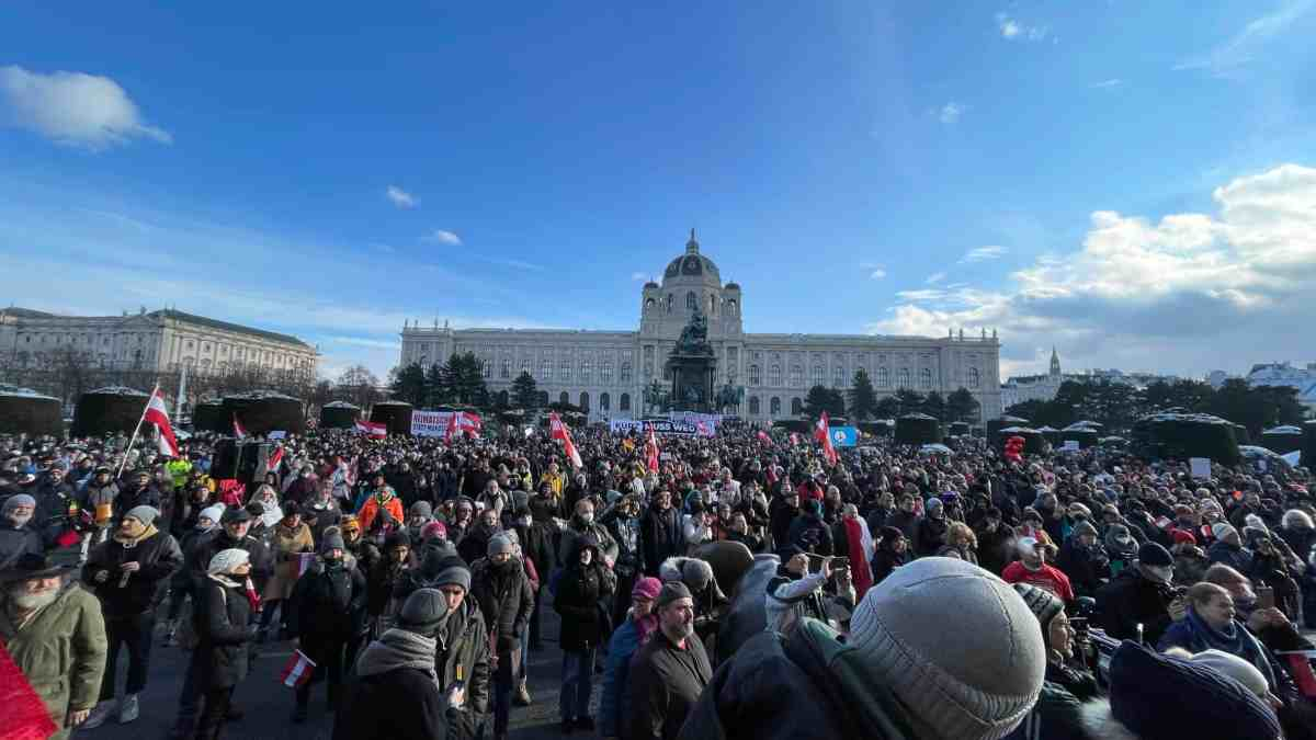 Wiener Polizei ignoriert Corona-Maßnahmen bei Demo