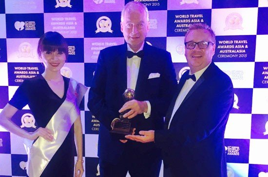 President and CEO of Thanyapura, Philipp Graf Von Hardenberg (Middle), receiving the award from Chris Frost, Vice President of World Travel Awards (Right)