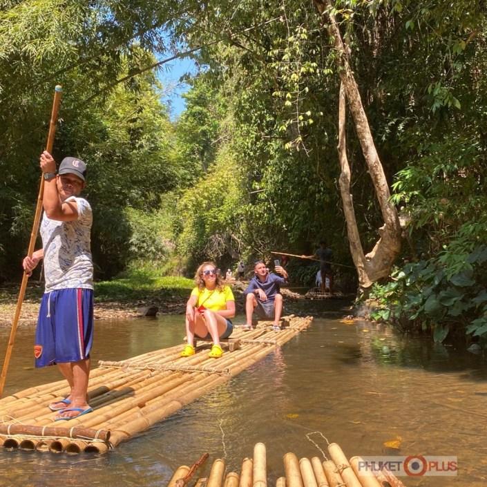 сплав на плотах по реке в джунглях