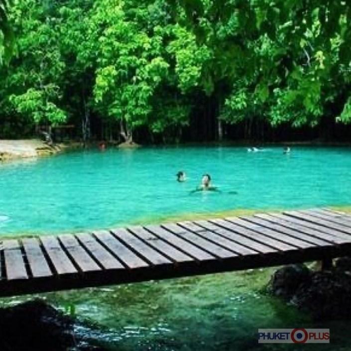место для купания в голубом озере