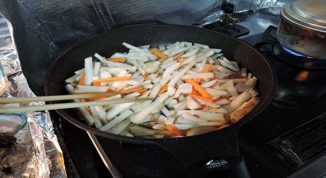 菊芋とニンジンをかき混ぜる