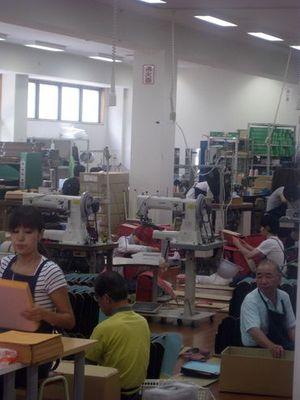 土屋鞄のランドセルはすべて手作業で作られます。
