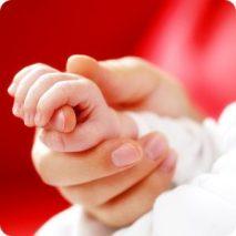 Poignée de main de bébé
