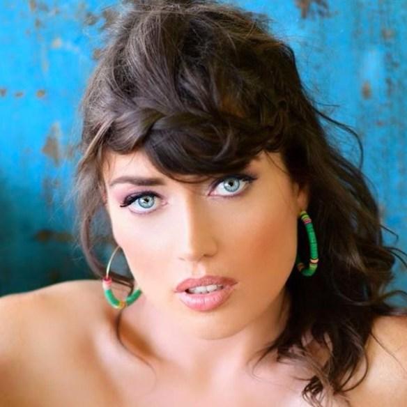 elsa-esnoult-visage-yeux-bleus
