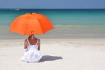 Beim Sonnenbaden sollte man es nicht übertreiben und wegen der Wirtung der UV-Strahlen Sonnenschutz auftragen und rechtzeitig in den Schatten gehen.