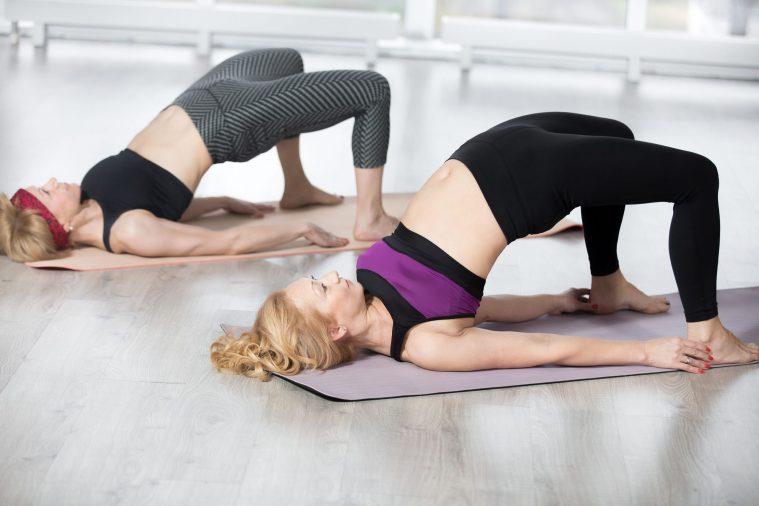 Due donne fanno ginnastica per il pavimento pelvico