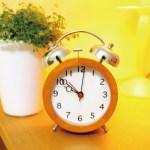 朝どうしても目覚ましで起きれない! そんな時に効く聞く楽曲4選