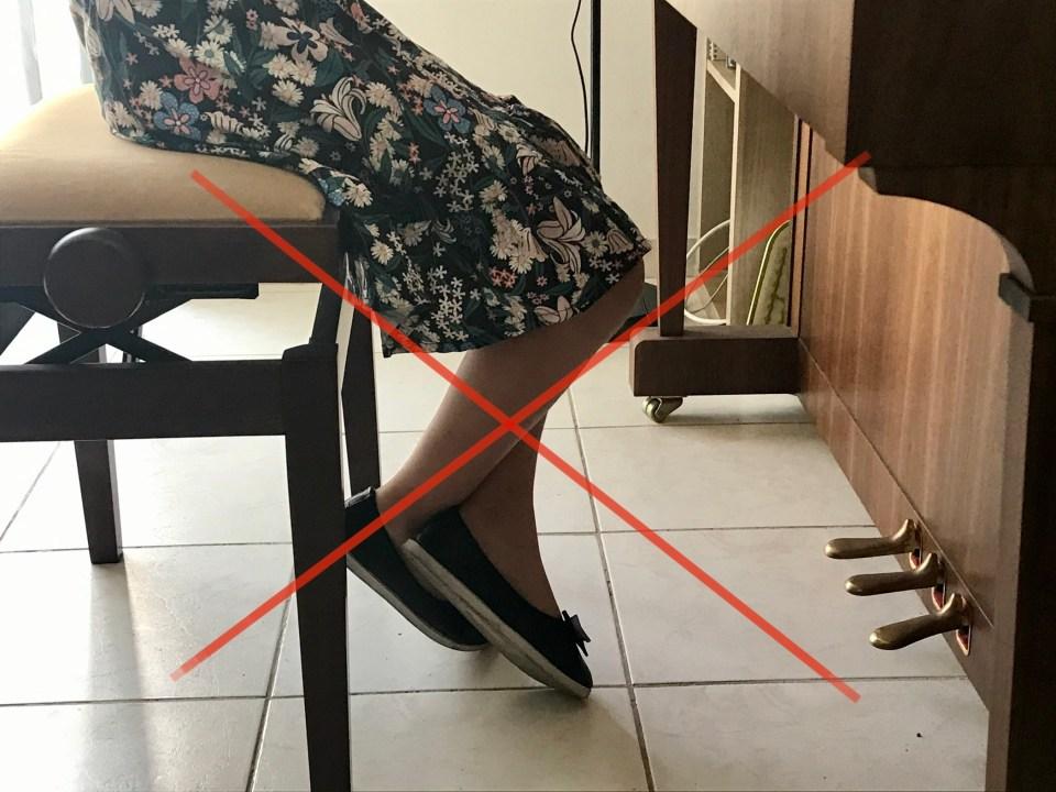 mauvaise position des pieds : les jambes sont croisées
