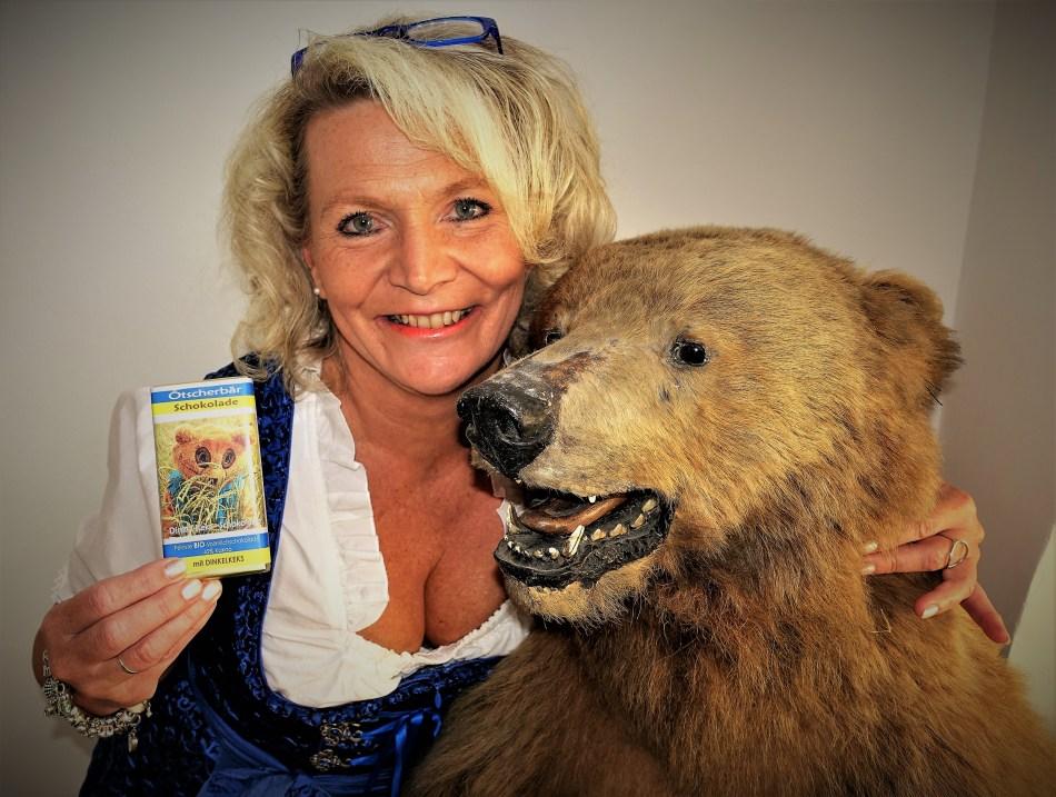Renate Wachauer mit dem echten Ötscherbär