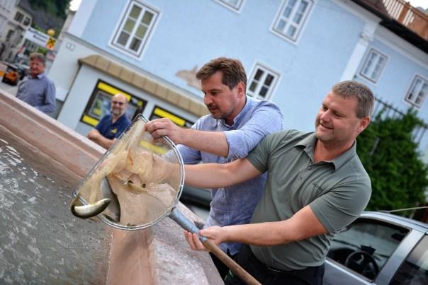 Forelleneinsetzen mit Zuseher Charly Becker und Schneider