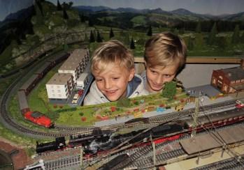 Eisenbahnanlage Wachauer mit dampfender Lok 7