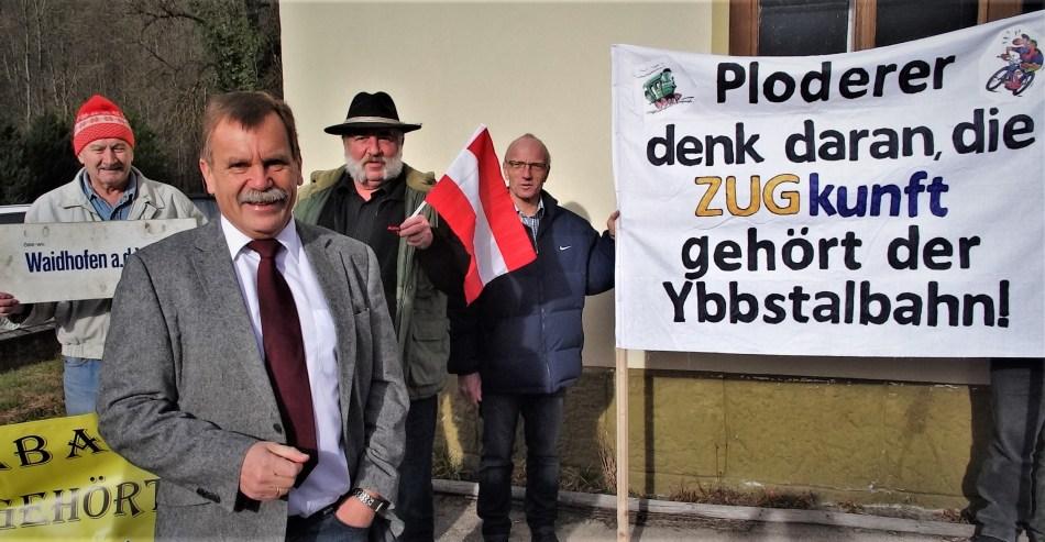 Lächelnder Ploderer mit Demonstranten in Hollenstein 7.2.2014 soup@0c843ed0a8634717815174e67b389b5c
