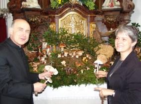 28.9.2013 Errichtiung Schwammerlaltar Pfarrer Kittl Mesnerin Gertraud Schneckenleitner 2