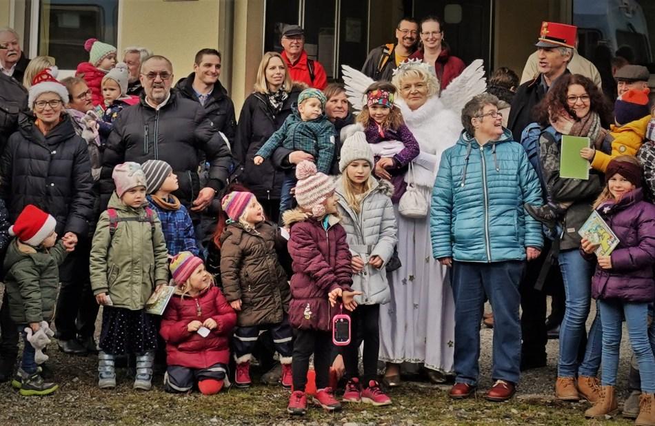 Kinder mit dem Christkind