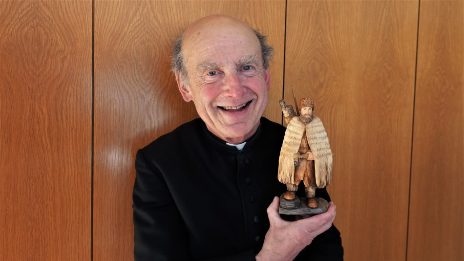 Pfarrer Reinhard Kittl mit Schnitzkunstwerk Ötzi 1