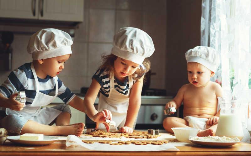 kitchen kid ticket printer 在厨房烤饼干的孩子们图片 三个孩子在厨房烤饼干素材 高清图片 摄影照片 三个孩子在厨房烤饼干