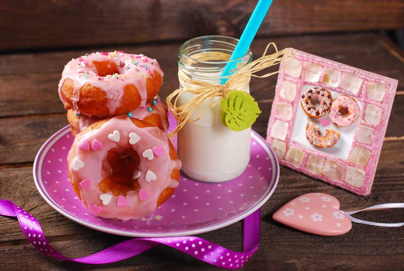 甜甜圈和牛奶圖片-盤子里的甜甜圈和牛奶素材-高清圖片-攝影照片-尋圖免費打包下載