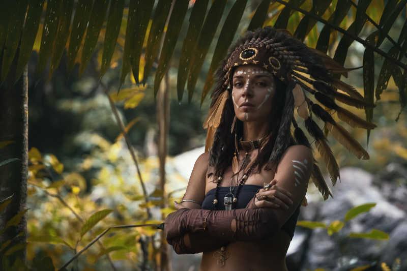 綠色森林中的印第安人圖片_在綠色森林中的印第安人特寫素材_高清圖片_攝影照片_尋圖免費打包下載