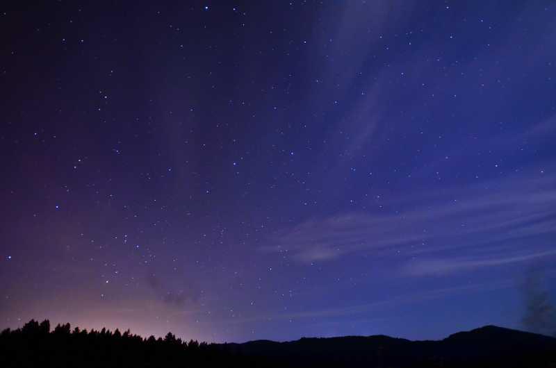 情侶享受星空圖片_坐在吊床上的情侶看著美麗的夜空素材_高清圖片_攝影照片_尋圖免費打包下載