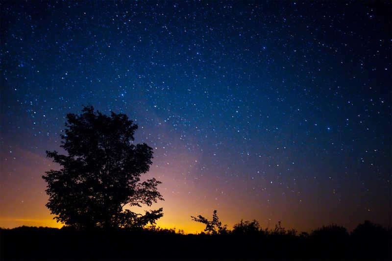 情侶享受星空圖片-坐在吊床上的情侶看著美麗的夜空素材-高清圖片-攝影照片-尋圖免費打包下載
