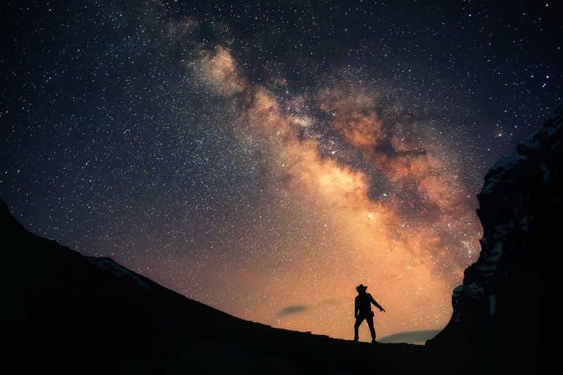 手持手電的男人站在山上的銀河夜空里圖片-手持手電的男人站在山上的銀河夜空里素材-高清圖片-攝影照片-尋 ...
