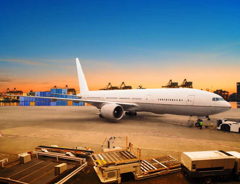空運貨物圖片-夕陽下機場的飛機和貨物素材-高清圖片-攝影照片-尋圖免費打包下載