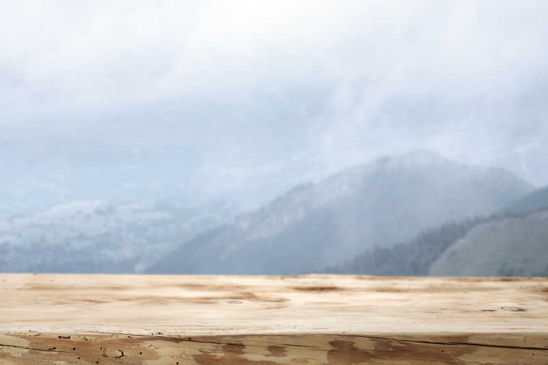 settee for kitchen table rustic alder cabinets 海滩背景前的木桌图片-模糊的热带海滩背景前的木桌素材-高清图片-摄影照片-寻图免费打包下载