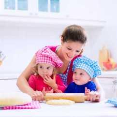 Kid Kitchens Wooden Kitchen Tables 烤面包的两个孩子图片 母亲和小孩在厨房玩耍素材 高清图片 摄影照片 寻图 母亲和小孩在厨房玩耍
