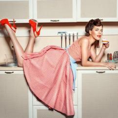 Kitchen Desk Make A Island 厨房桌子上的那个女孩图片 穿红鞋子的女孩爬上厨房的桌子吃蛋糕素材 高清 穿红鞋子的女孩爬上厨房的桌子吃蛋糕