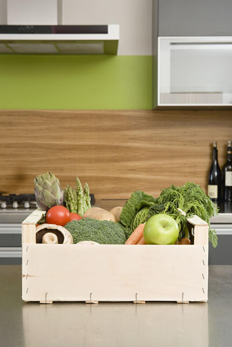 kitchen tabletops french style furniture 厨房里的蔬菜食材图片 厨房桌面上放着蔬菜的木箱子素材 高清图片 摄影 厨房桌面上放着蔬菜的木箱子
