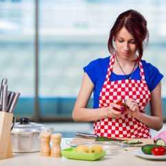 Kitchen Disposal Island With Bar Stools 美女厨师图片 美女厨师在厨房处理番茄素材 高清图片 摄影照片 寻图免费 美女厨师在厨房处理番茄