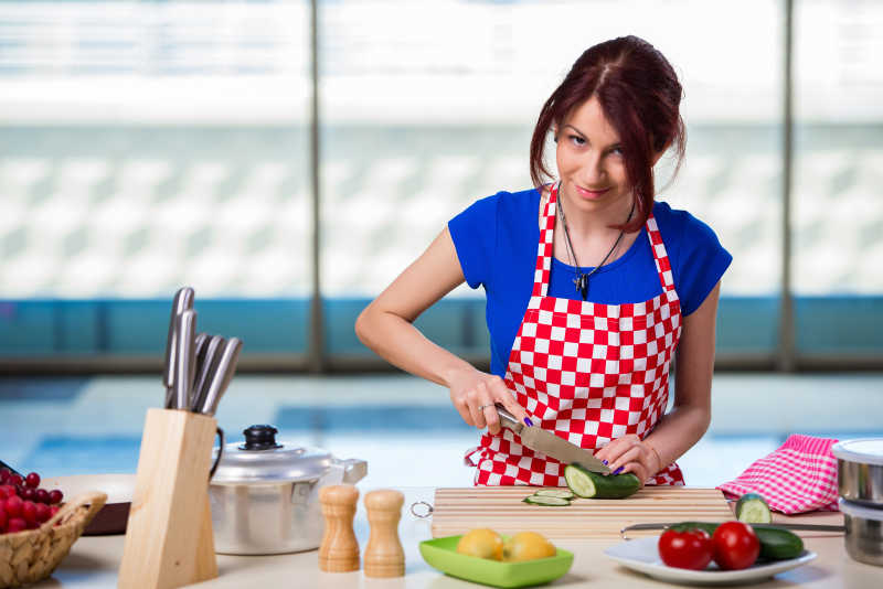kitchen disposal custom wood hoods 处理食材图片 美女在厨房处理食材素材 高清图片 摄影照片 寻图免费打包下载 美女在厨房处理食材