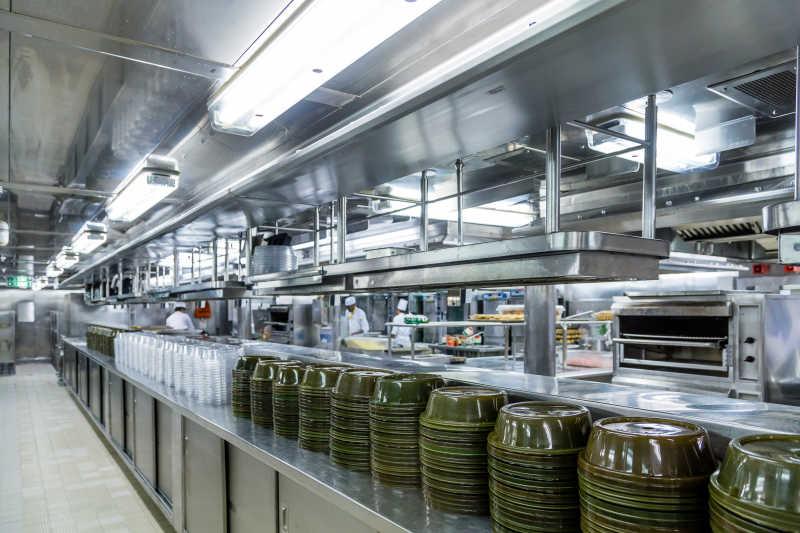 commercial kitchens replacement kitchen sprayer 洁净的商业厨房图片 洁净的商业厨房里空餐盘堆叠素材 高清图片 摄影照片 洁净的商业厨房里空餐盘堆叠