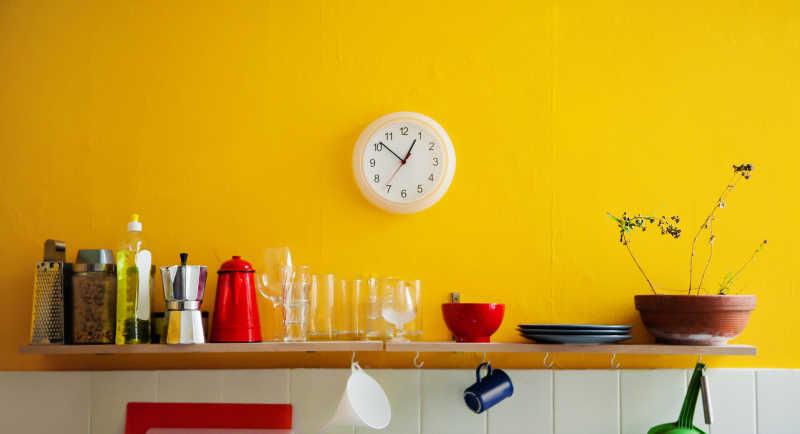 kitchen clocks stainless steel undermount sinks 厨房里的用具图片 黄色墙壁架子上的炊具和墙上的钟表素材 高清图片 摄影 黄色墙壁架子上的炊具和墙上的钟表