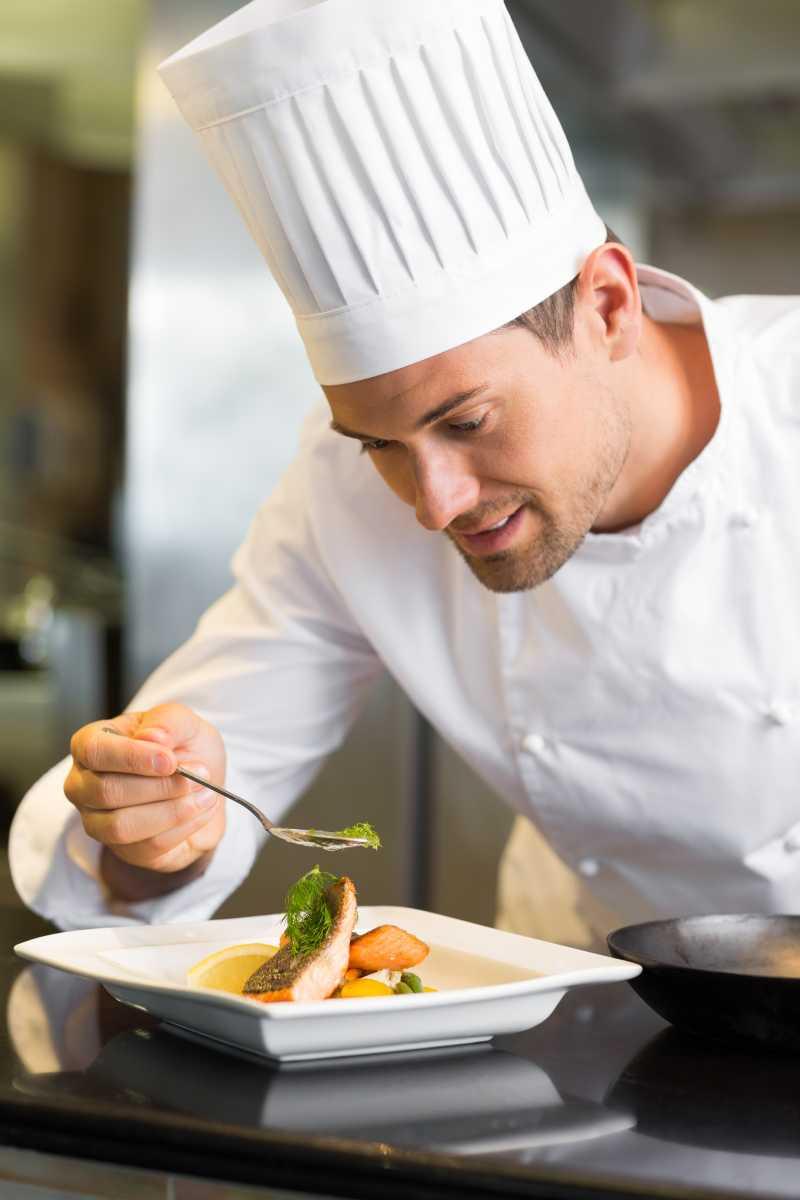 kitchen chef decor laminate flooring 厨房里的厨师图片 装饰美食的年轻男厨师素材 高清图片 摄影照片 寻图免费 装饰美食的年轻男厨师