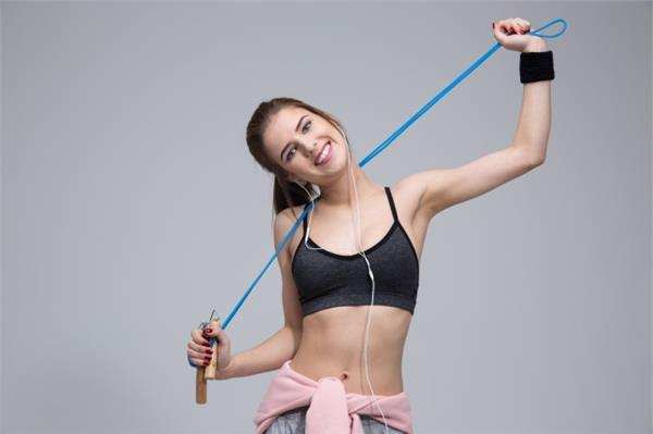 跳繩的好處及跳繩的最佳時間。教你跳繩的正確方法 - 色彩地帶