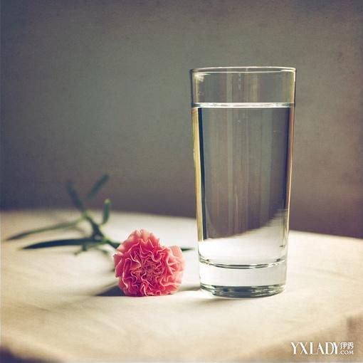 早上空腹喝一杯淡鹽水有什麼好處 不適宜飲淡鹽水的人群 - 色彩地帶