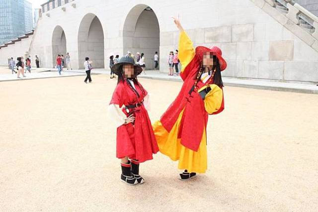 Tourist in gatekeepers clothes outside Gyeongbokgung