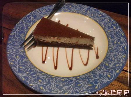 甜點~巧克力蛋糕,比較像提拉米蘇,有稍微冷凍過上面白色部分吃起來像冰淇淋!