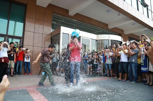 冰桶挑戰賽「凍」到小米創辦人雷軍,點名劉德華、郭董、李彥宏 10561648_547347865391601_5526095279375527038_n