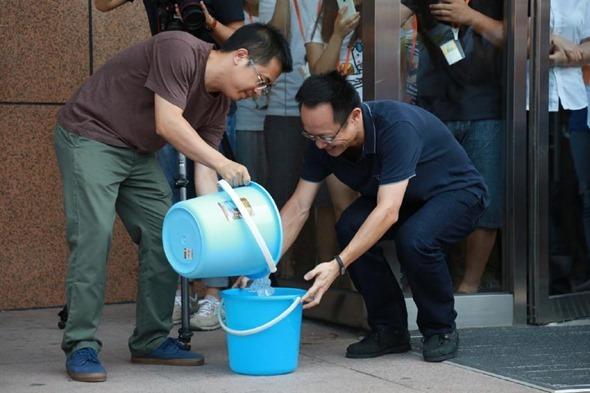 冰桶挑戰賽「凍」到小米創辦人雷軍,點名劉德華、郭董、李彥宏 12219_547347785391609_1369833693253707728_n