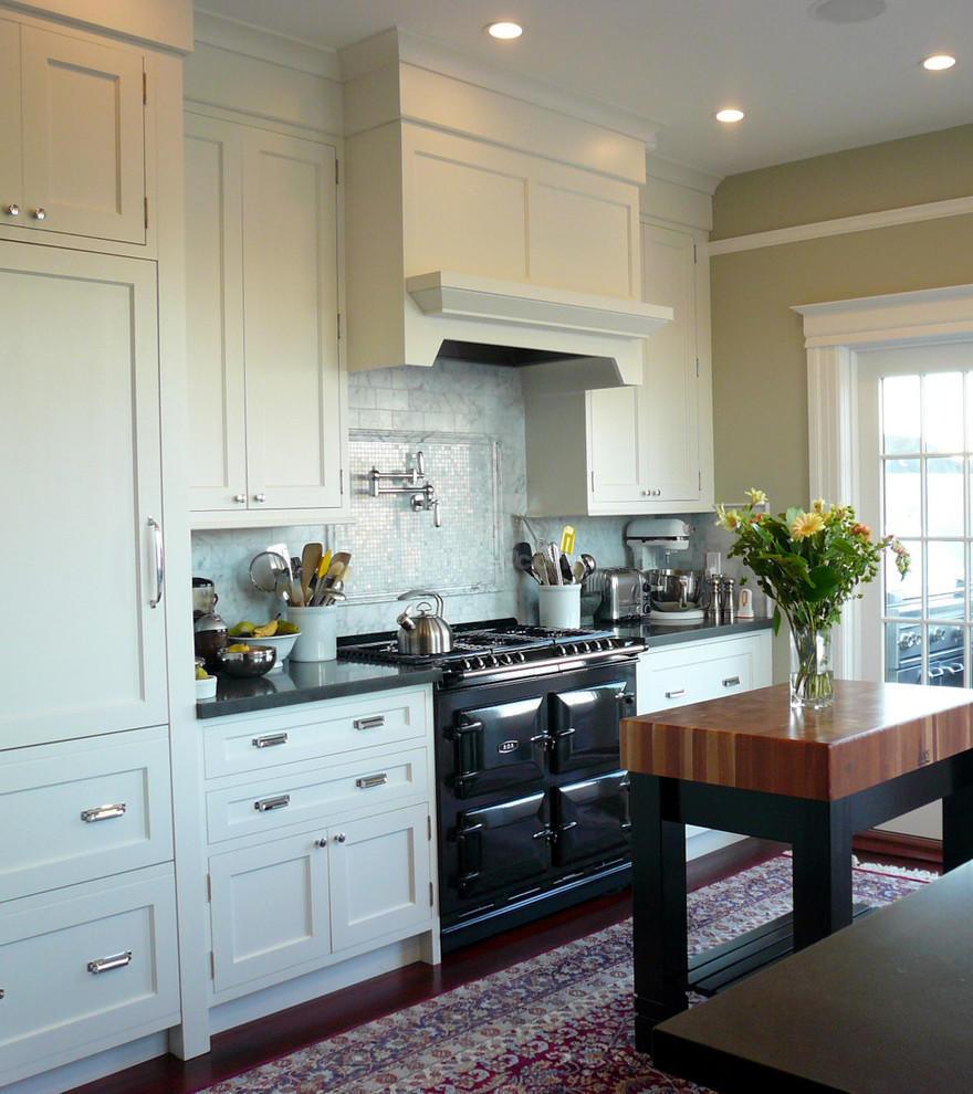 kitchen towel bar small white cabinets 设计方案 小厨房内巧放岛台 这是一个简单却非常实用的岛台 台面是一层厚厚的台板 使用很方便 如果在岛台的一侧安装一个毛巾架或挂钩 将会更实用