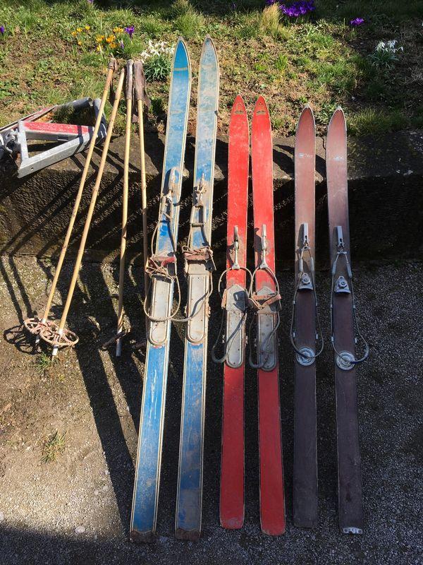 Alte Ski mit Stöcken zur Deko in Michelbach an der Bilz
