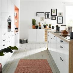 Best Kitchen Rugs Table With Corner Bench 厨房装修时 地面铺地毯还有这么多好处 雪花新闻 全白的厨房设计简单 干净整洁 但又往往会让人觉得过于单调 除非你给厨房增添一丝颜色 而最简单 最快捷 最实惠的方法就是铺上一块光亮的地毯 起到防滑作用的同时