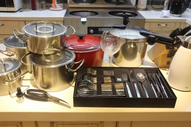 kitchen utensils sink cabinets 我花了3年时间 从欧洲背回来一间厨房 知乎 如果没有去德国 也许我会一直是一个对厨具没有任何了解的小白 甚至也不会选择这么贵的厨具 用便宜的坏了重新买一个就好了啊 但是当我亲眼见到 亲手触摸到那些
